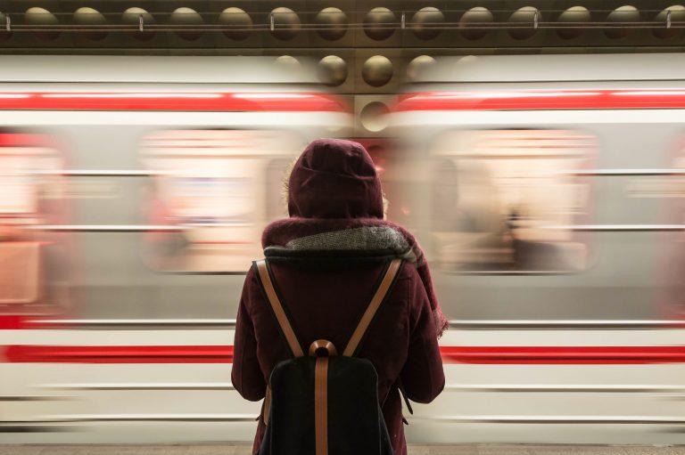 Dos desconocidos, conocidos, y una estación de tren.